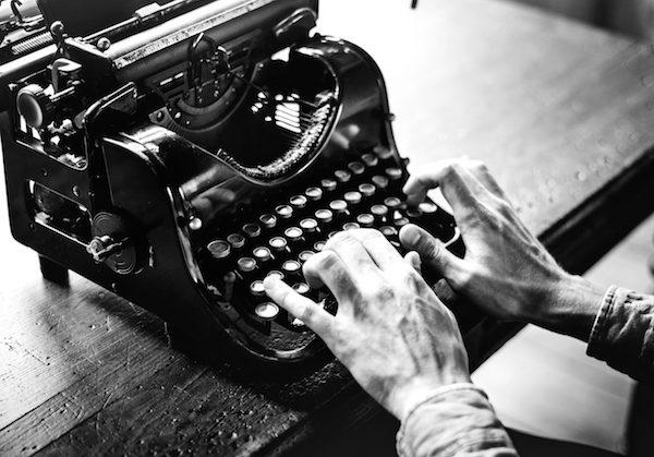macchina scrivere originale scrittore anziano mani punteggiatura typing old typewriter black white