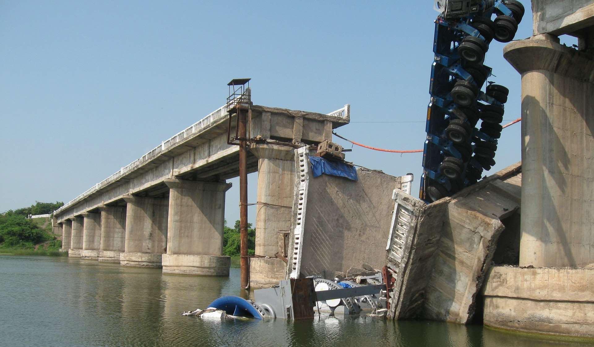 Crollo di un ponte in cemento armato con un camion in bilico: colpa degli ingegneri?