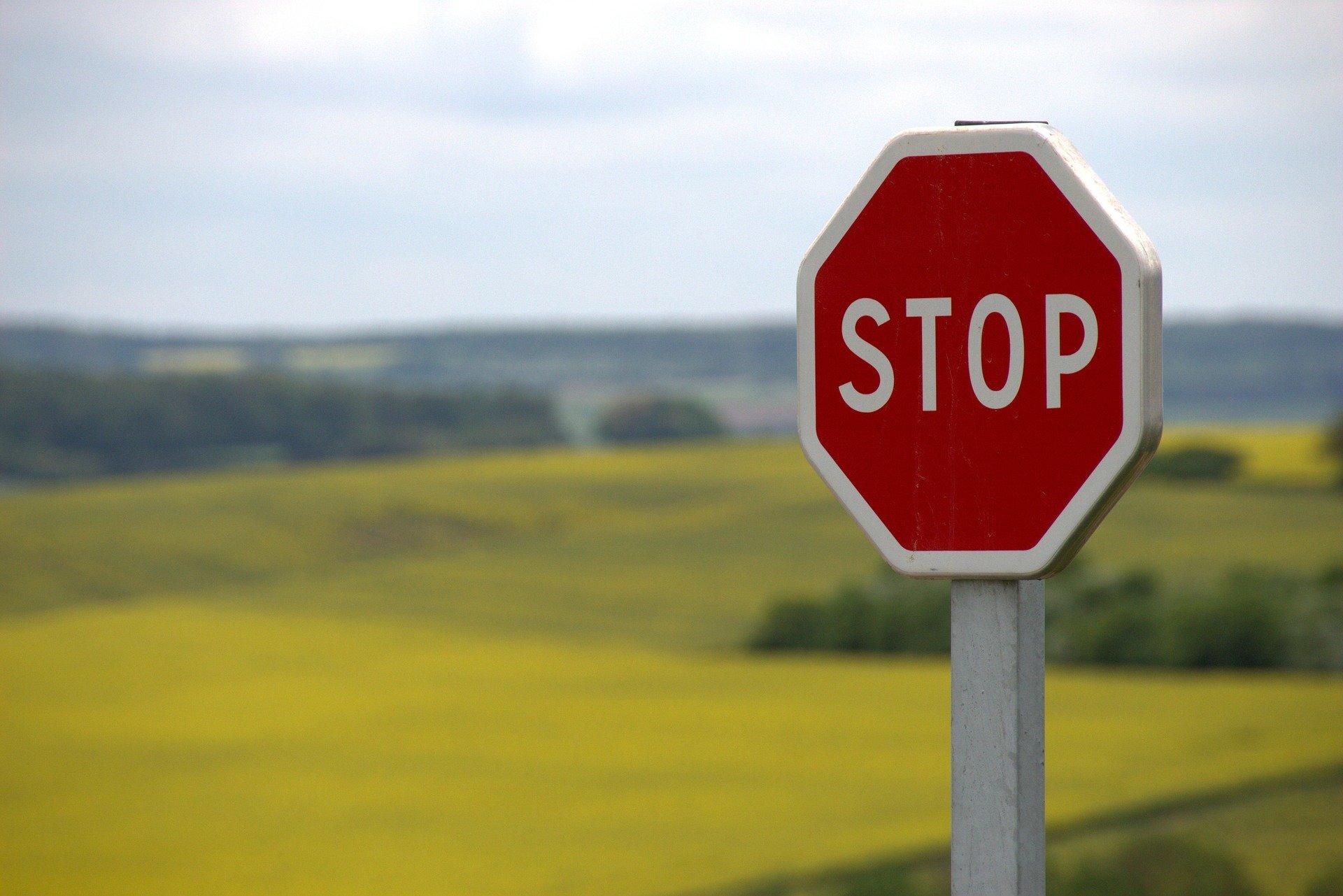 Cartello di stop su sfondo natura: vademecum per la gestione dell'informazione su Coronavirus