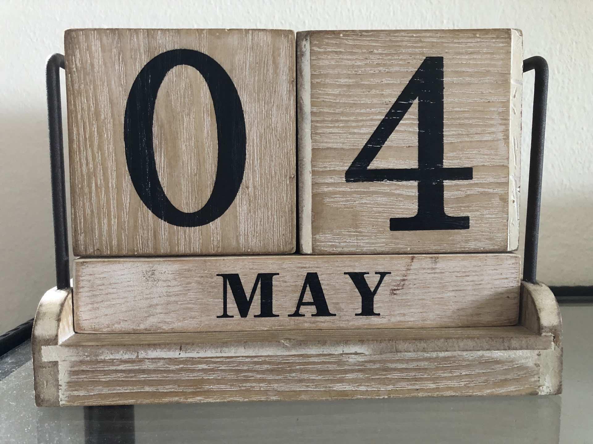 Calendario da tavolo in legno: 4 maggio