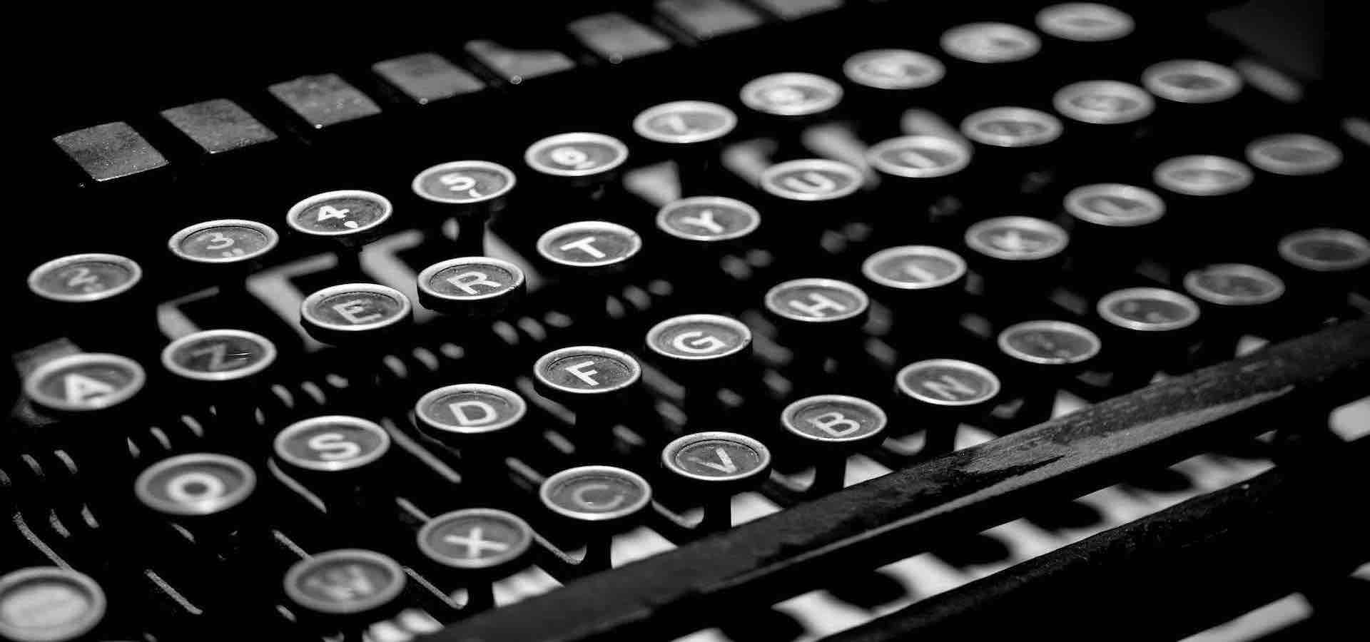 Tasti di una macchina da scrivere in bianco e nero